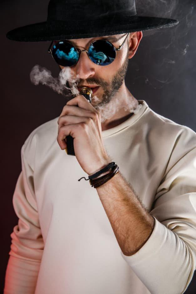 homme vapotant avec booster de nicotine pas cher