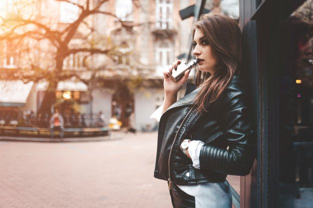 femme vapotant avec booster nicotine