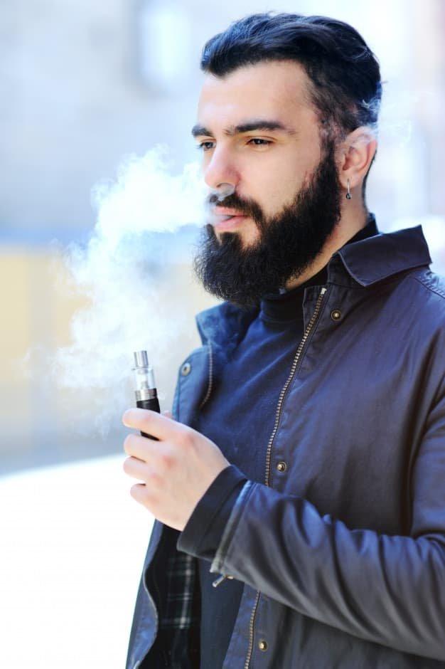 homme vapotant base et booster de nicotine